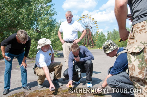 Замер радиационного пятна в парке аттракционов в Припяти